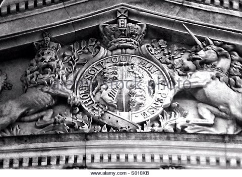 british-royal-coat-of-arms-on-somerset-house-london-s010xb